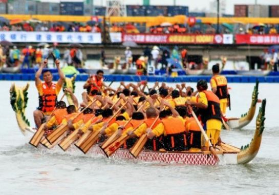 Participants compete in a boat race held to mark the annual Dragon Boat Festival in Shantou, south China's Guangdong Province.