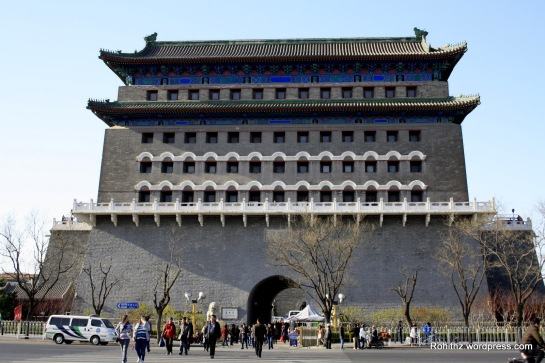 Near Mao's Mausoleum, I saw this imposing gate which was quite impressive. So, I walked closer and then read about this on my travel across china book then I got to know that how important this gate is to the city. So I decided to go in and have a closer look.  Apparently this gate is considered the Front Gate to Beijing in those olden days. Officially, this is called Zhengyangmen but it is more known as Qianmen which mean the Front Gate. When Beijing was established as the capital of China, they build a wall around the city for protection. The Inner City was totally surrounded by a wall and access into the city is through 9 gates. The wall stood for almost 600 years. The saddest part is that about 50 years ago, they … tore down the city walls! It is such a crazy thing to destroy something of such historic significance. But it was in those days of the Communist rule that was bent on destroying the past so that they can look to the future, something called the Cultural Revolution. In place of the walls are now wide ring roads and subway.