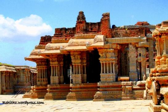 This open hall gives access to maha-mantapa