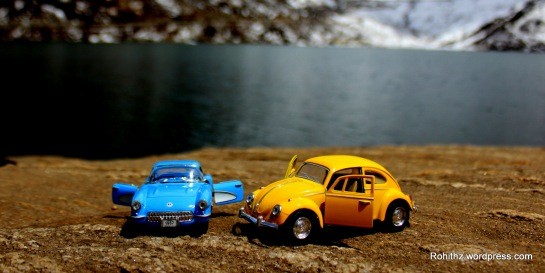 Yellowie & Vader toy cars love story seashore(1)